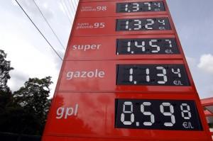 Photo du tableau d'affichage des prix du carburant prise le 12 août 2005 dans une station-service de Caen. Les prix du pétrole avançaient pour le cinquième jour consécutif, le 12 août 2005, se hissant à de nouveaux records après de nouveaux problèmes de raffinage, sur fond de vigueur de la demande et faible croissance de l'offre des producteurs hors Opep. AFP PHOTO MYCHELE DANIAU